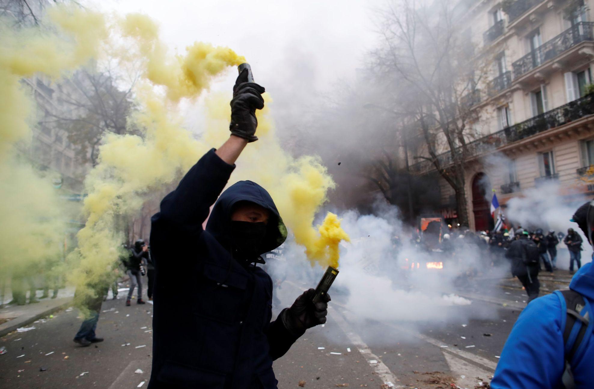 """Foto: """"Snad Macron uslyší hluk z ulic."""" Obří stávka zavřela metro i Eiffelovu věž"""