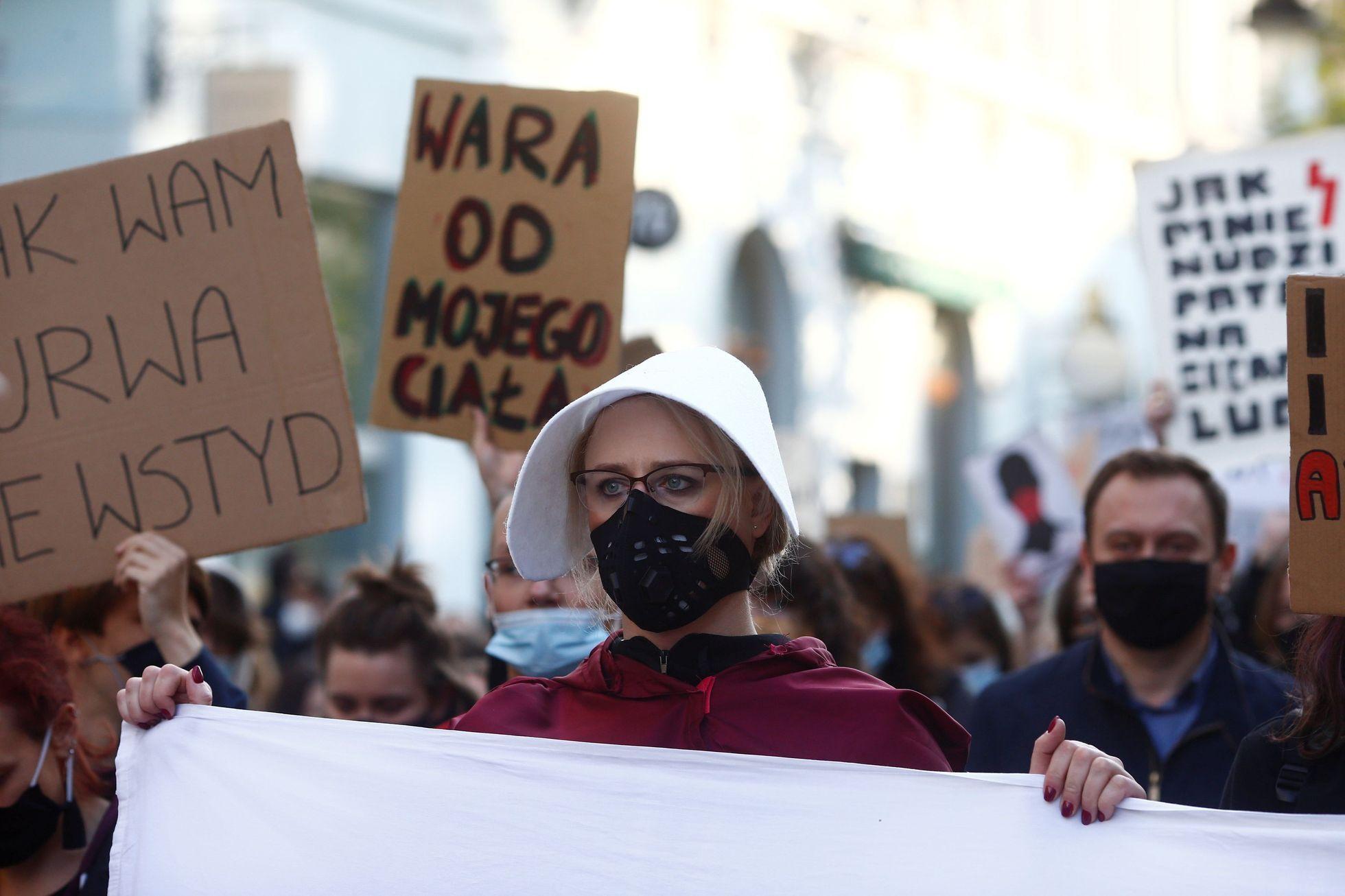 Polsko bouří kvůli potratům. Protestují i naštvaní katolíci, říká novinář