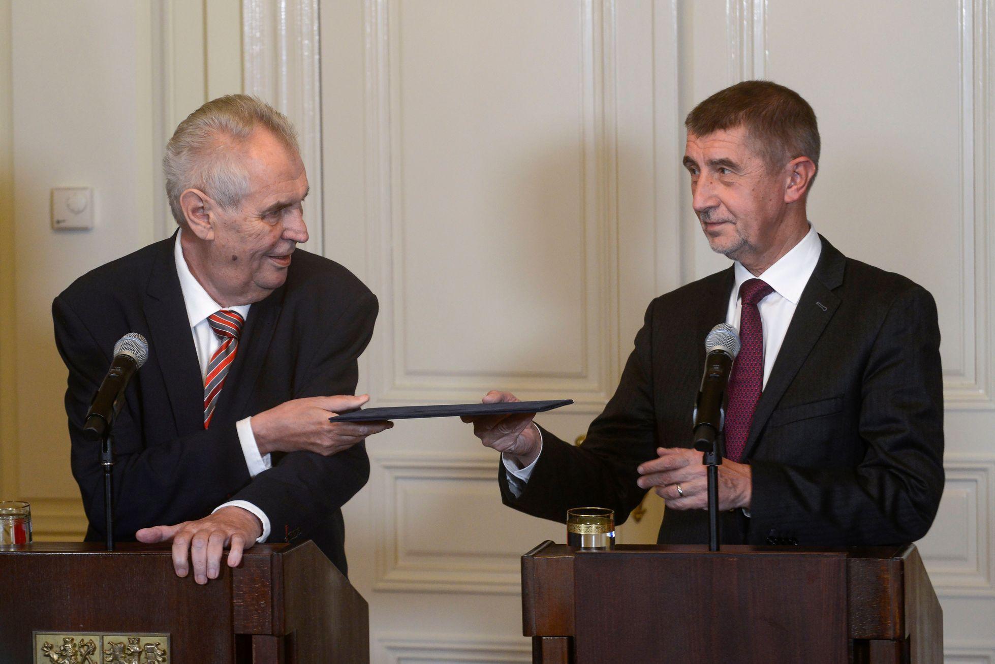 Se Zemanem a Babišem se Česko vzdaluje dědictví listopadu 1989, volby rozhodují emoce, říká Šimečka