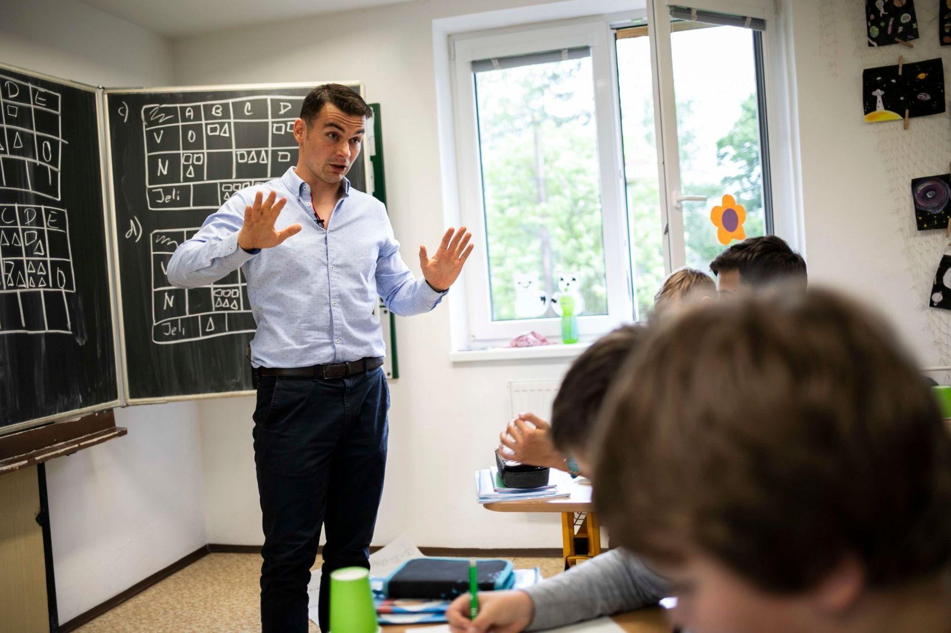 Tomáš Chrobák v hodině matematiky se svými žáky v ZŠ Baška. | Foto: EDUin