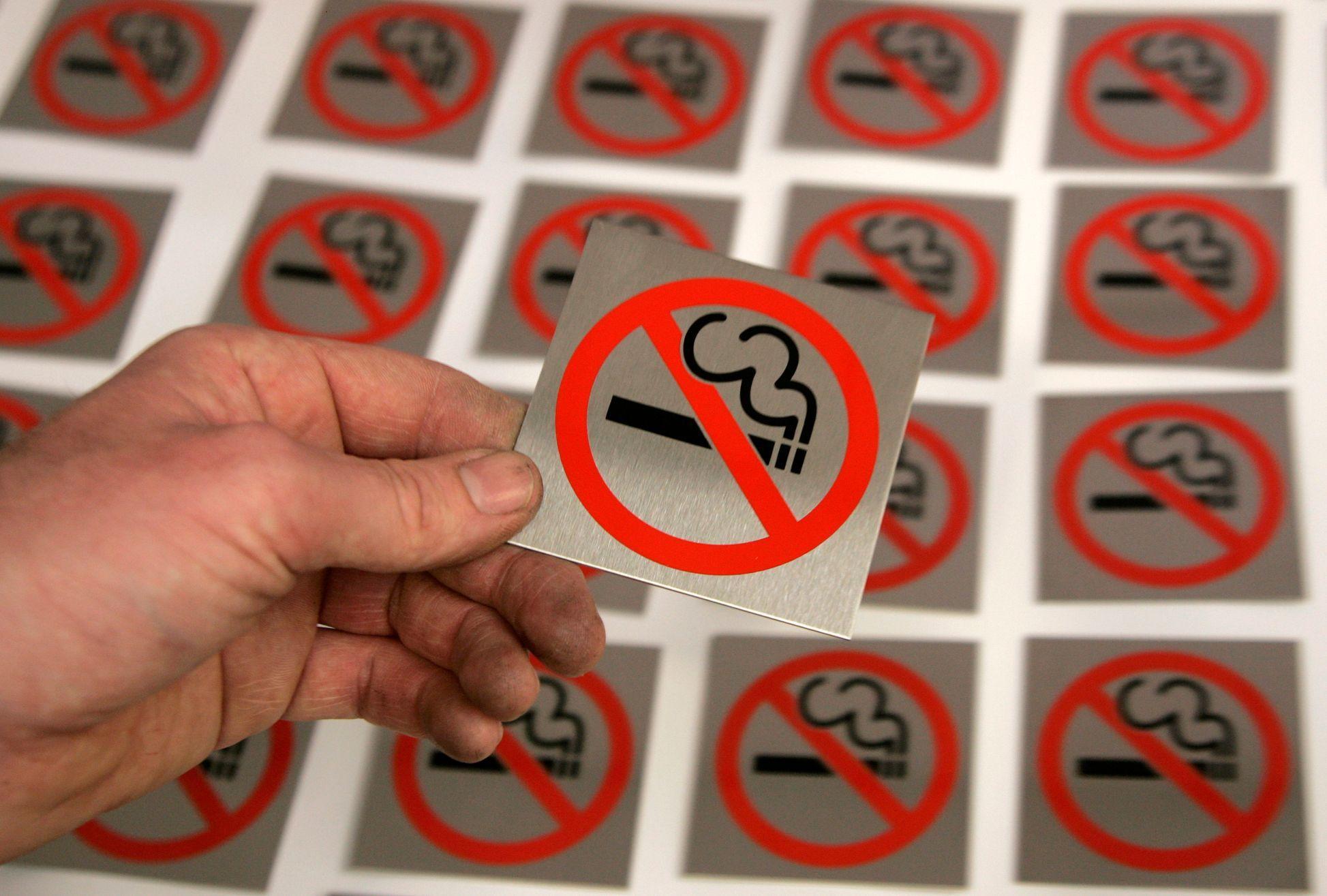 mladá japonská kouření