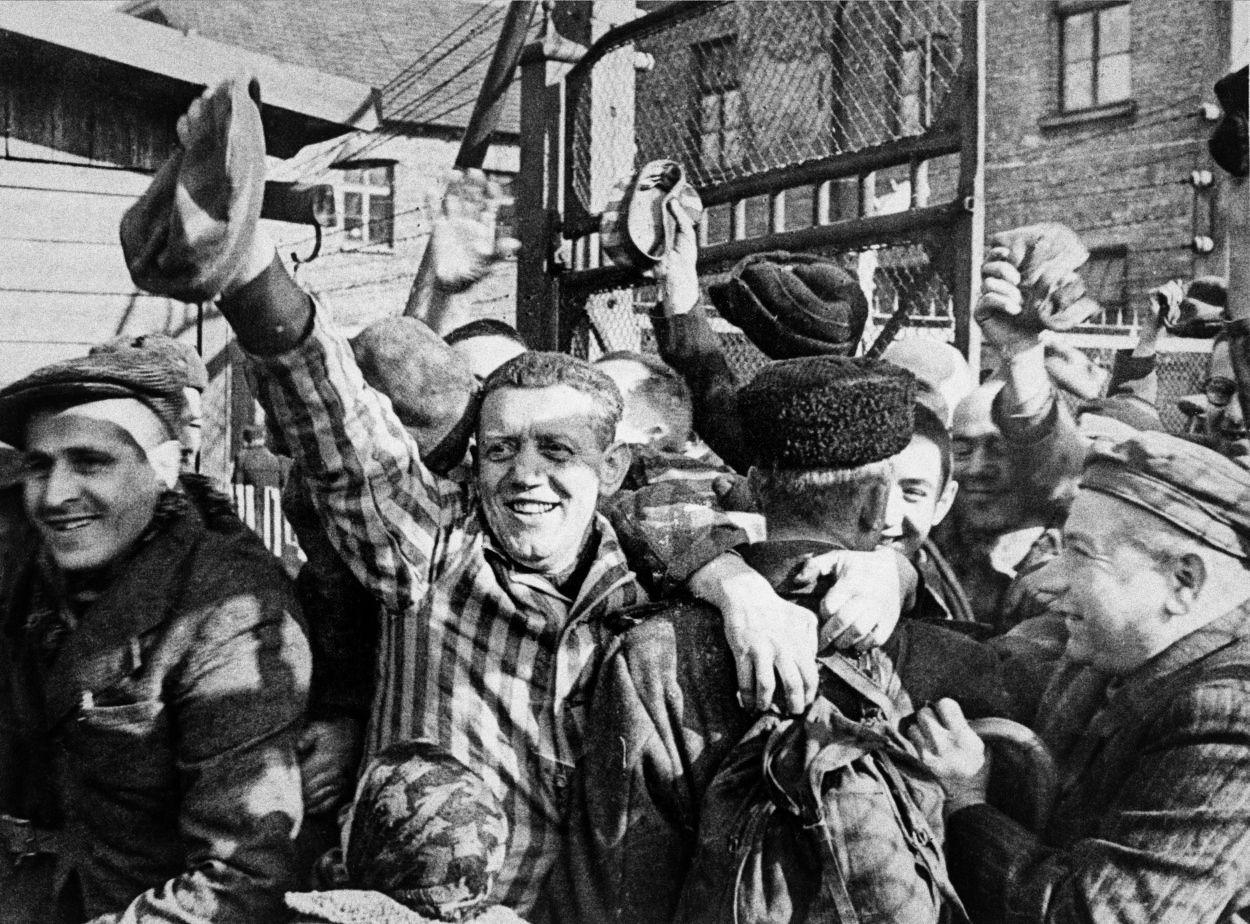Sověty čekal pohled hrůzy. Vyhladovělí vězni slavili osvobození Osvětimi jásotem