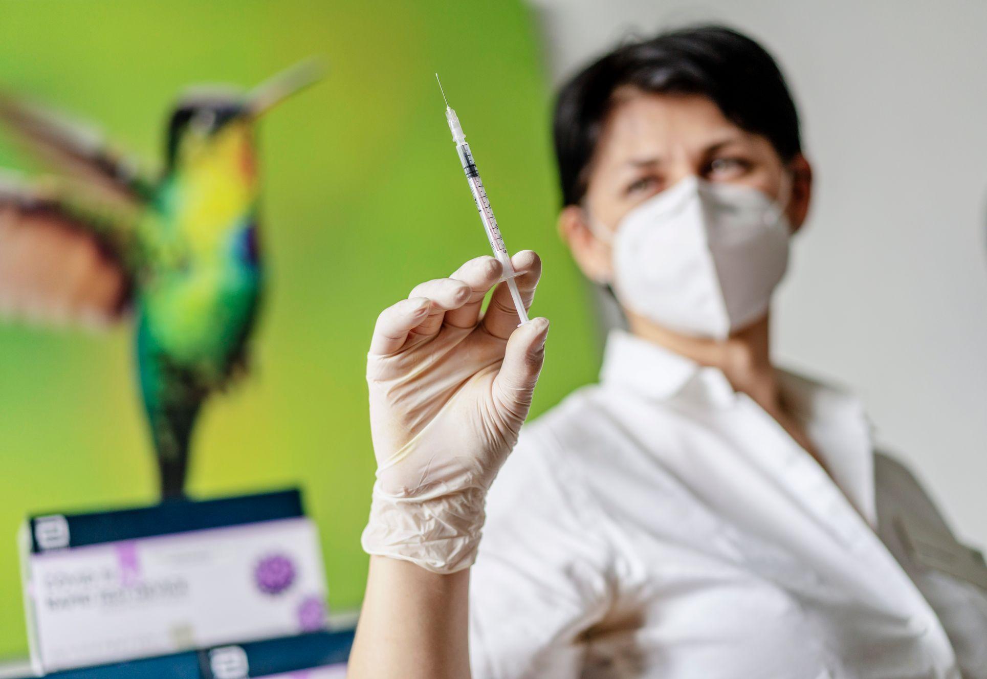 Lidé se mohou nechat očkovat už dva týdny po covidu, tříměsíční lhůtu stát zrušil