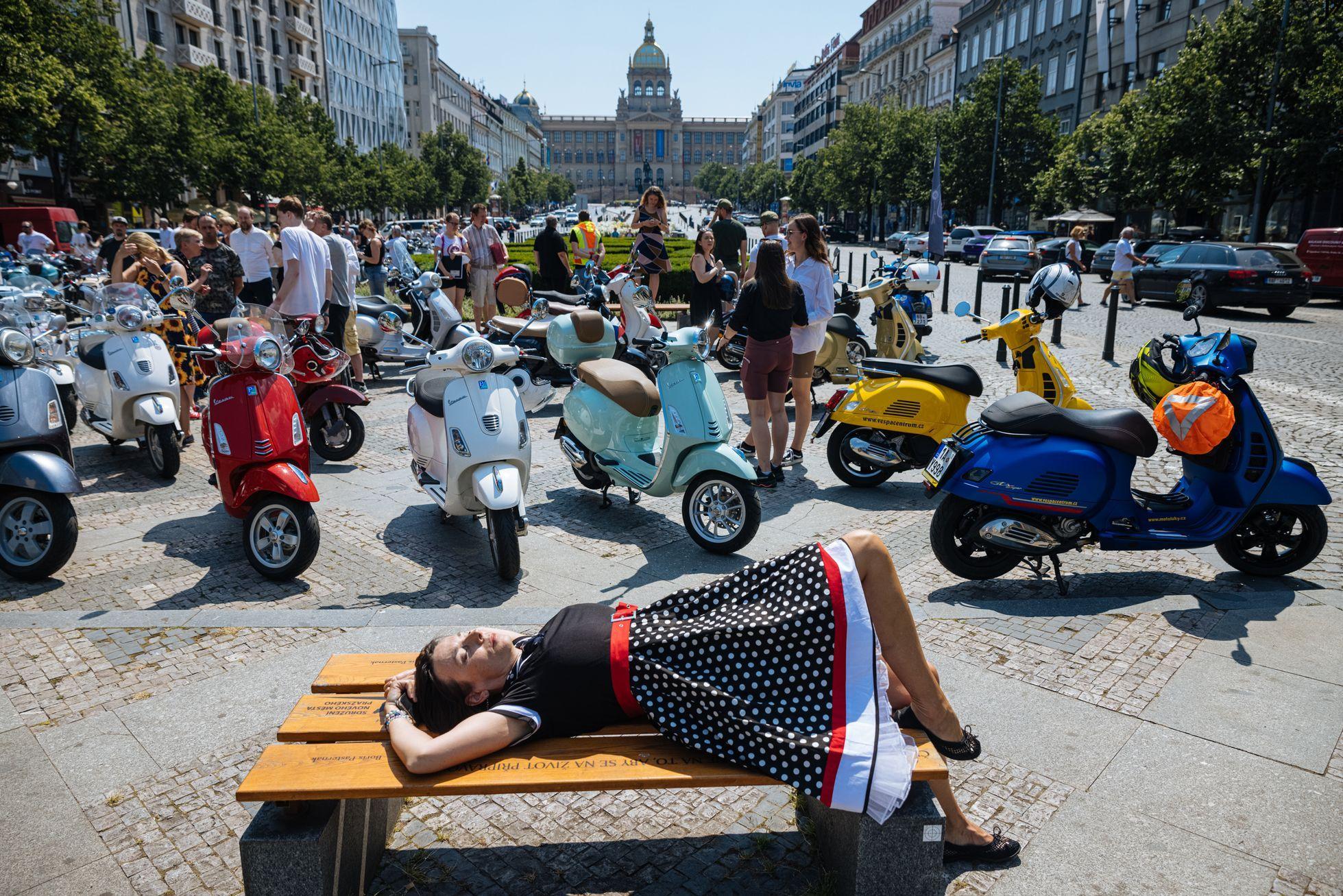 Vosy v Praze. Městem se promenádovalo přes 250 Vesp, skútristek je čím dál víc