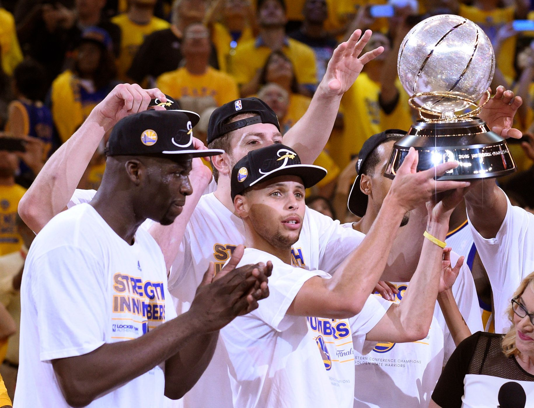 NBA, Houston-Golden State: Stephen Curry z Golden State s trofejí pro ...