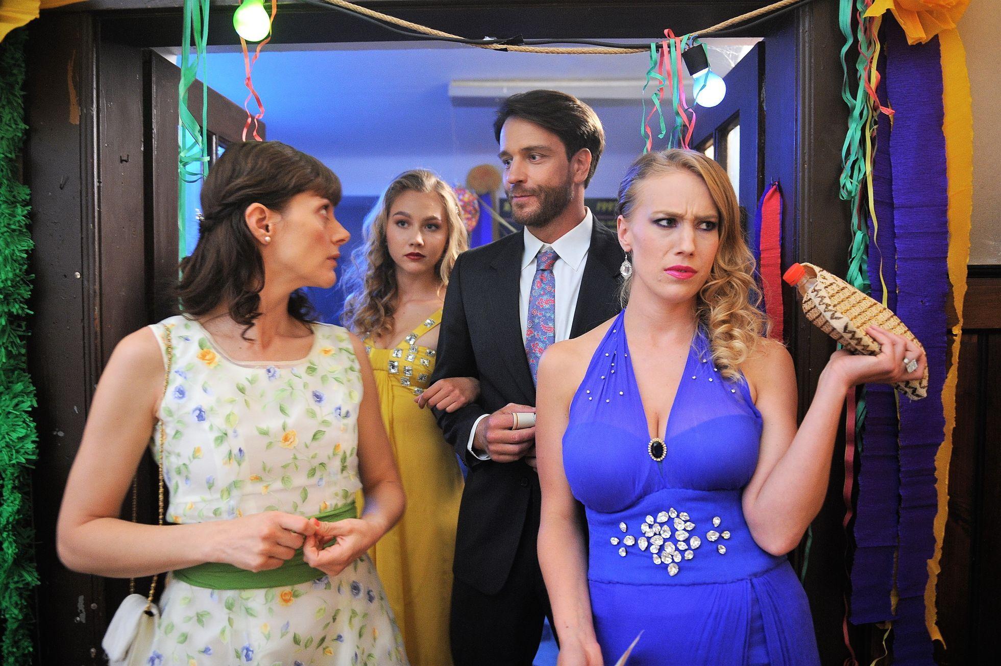 3599af49e1c Trailer  Zoufalé ženy dělají podle Renče zoufalé věci. Třeba padají z kola  nebo na stolek s jídlem - Aktuálně.cz