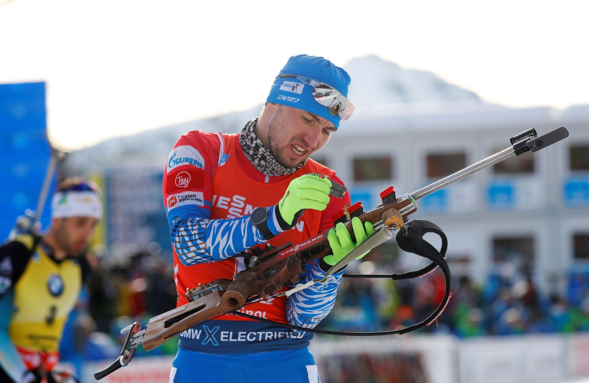 Štafetu běží i muži, v ruském dresu je na startu i kontroverzní Loginov