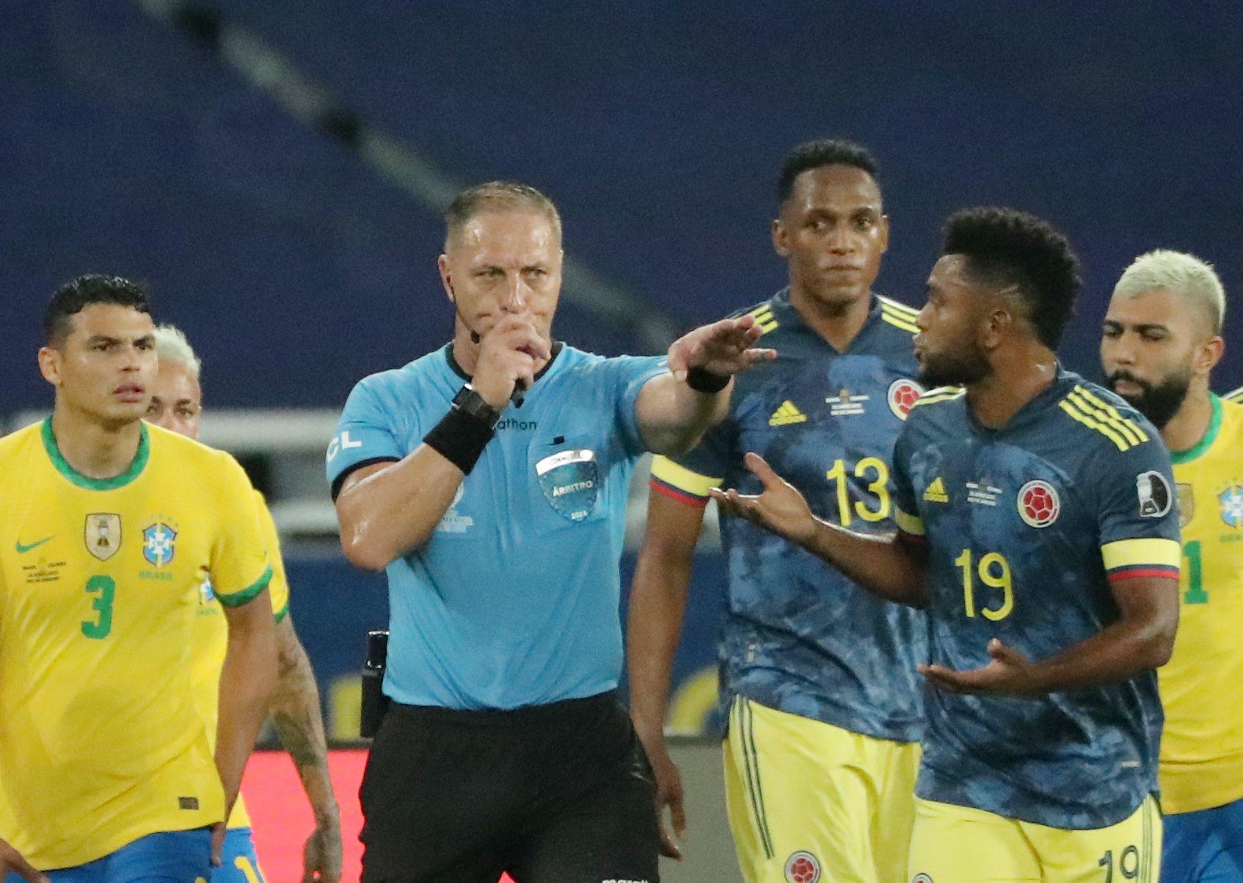 """Fotbalisté Brazílie i díky """"přihrávce"""" od rozhodčího porazili Kolumbii"""