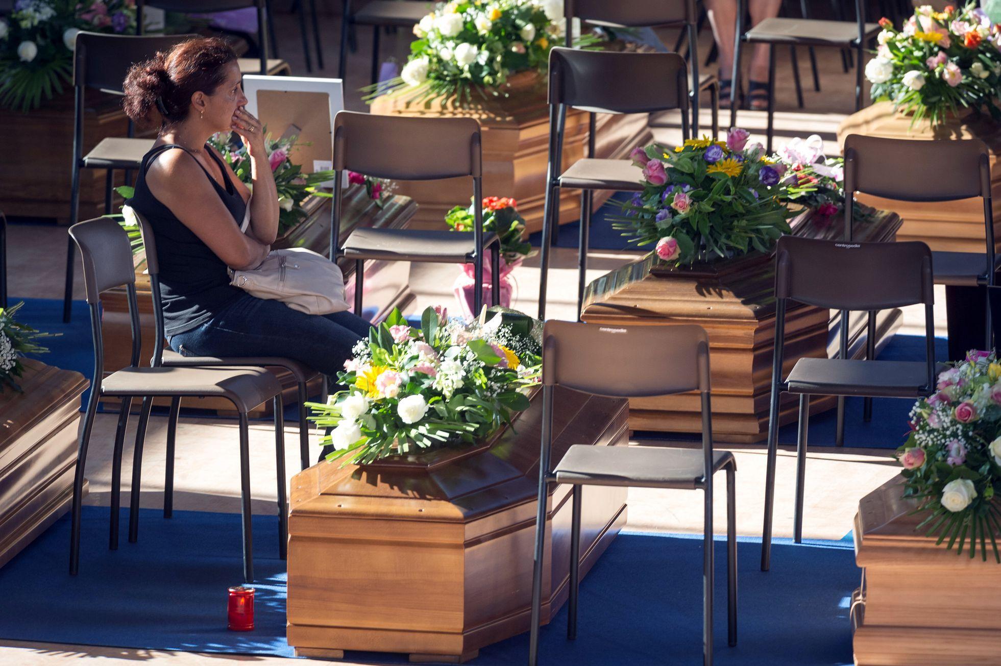 Itálie drží státní smutek a pohřbívá mrtvé 032f535d38