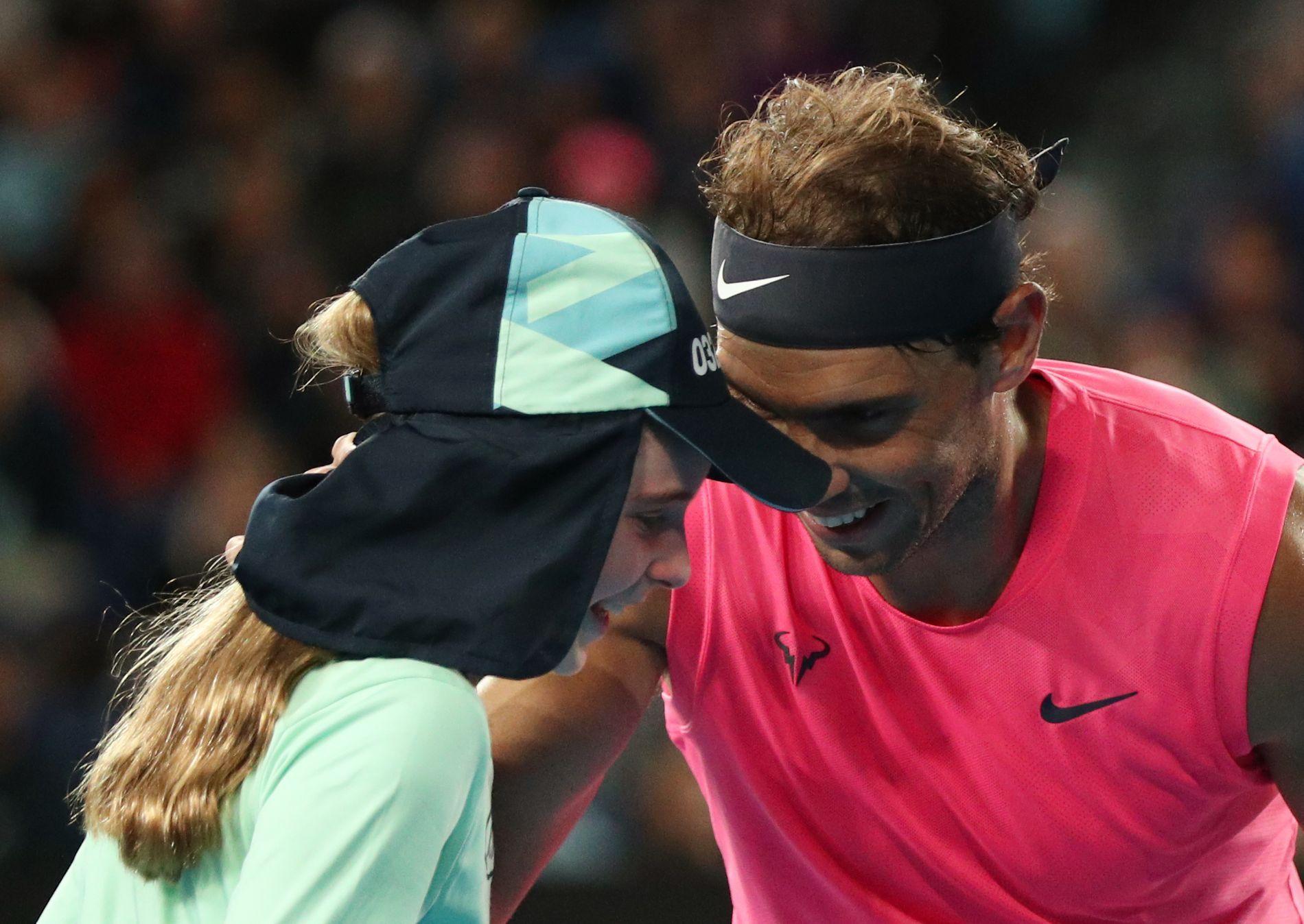 Nadal v Melbourne trefil holčičku do hlavy. Omluvil se polibkem a čelenkou