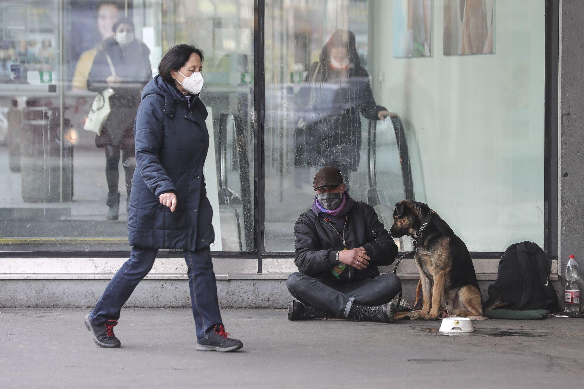 """""""Asi budu bezdomovec."""" Tisíce lidí jsou bez příjmu, vláda jejich odškodnění nechystá"""