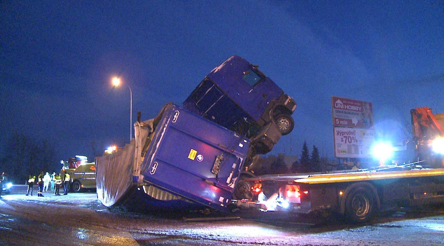 a85d65713 Dopravu v celém Česku komplikuje sníh, nehoda kamionu uzavřela E55 v  Budějovicích - Aktuálně.cz