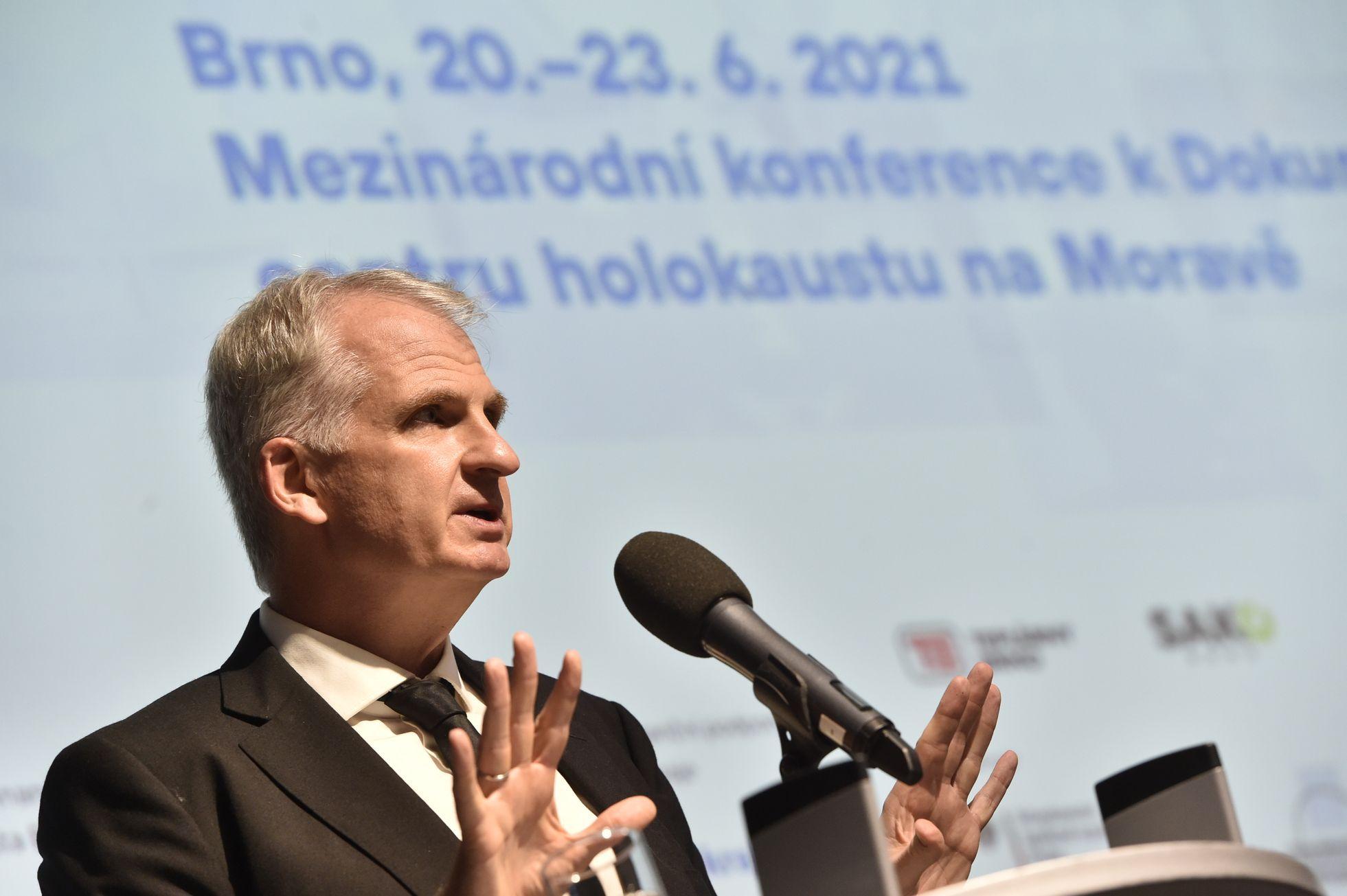Kdyby teď civilizace zanikla, zůstanou po nás masové hroby, řekl Snyder v Brně