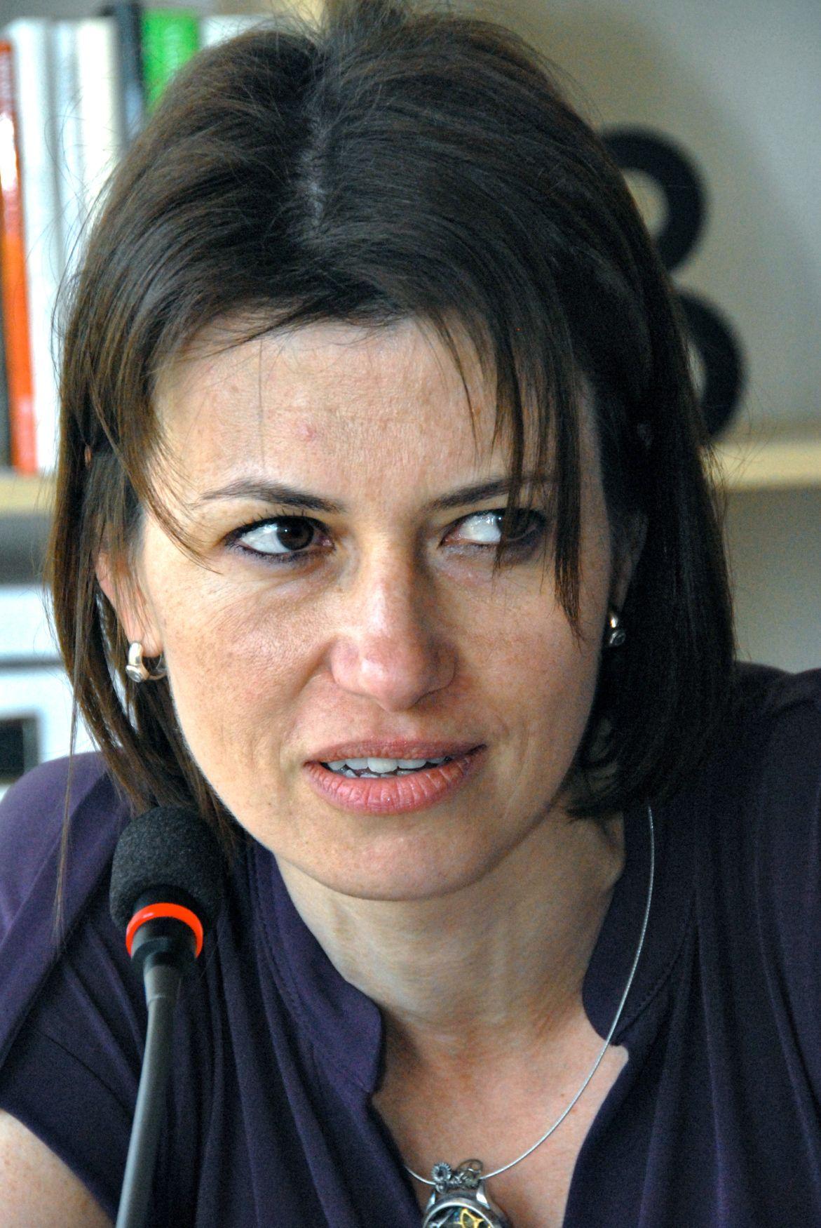 5d362fa28c4 Recenze  Bianca Bellová v románu Jezero nabízí silný