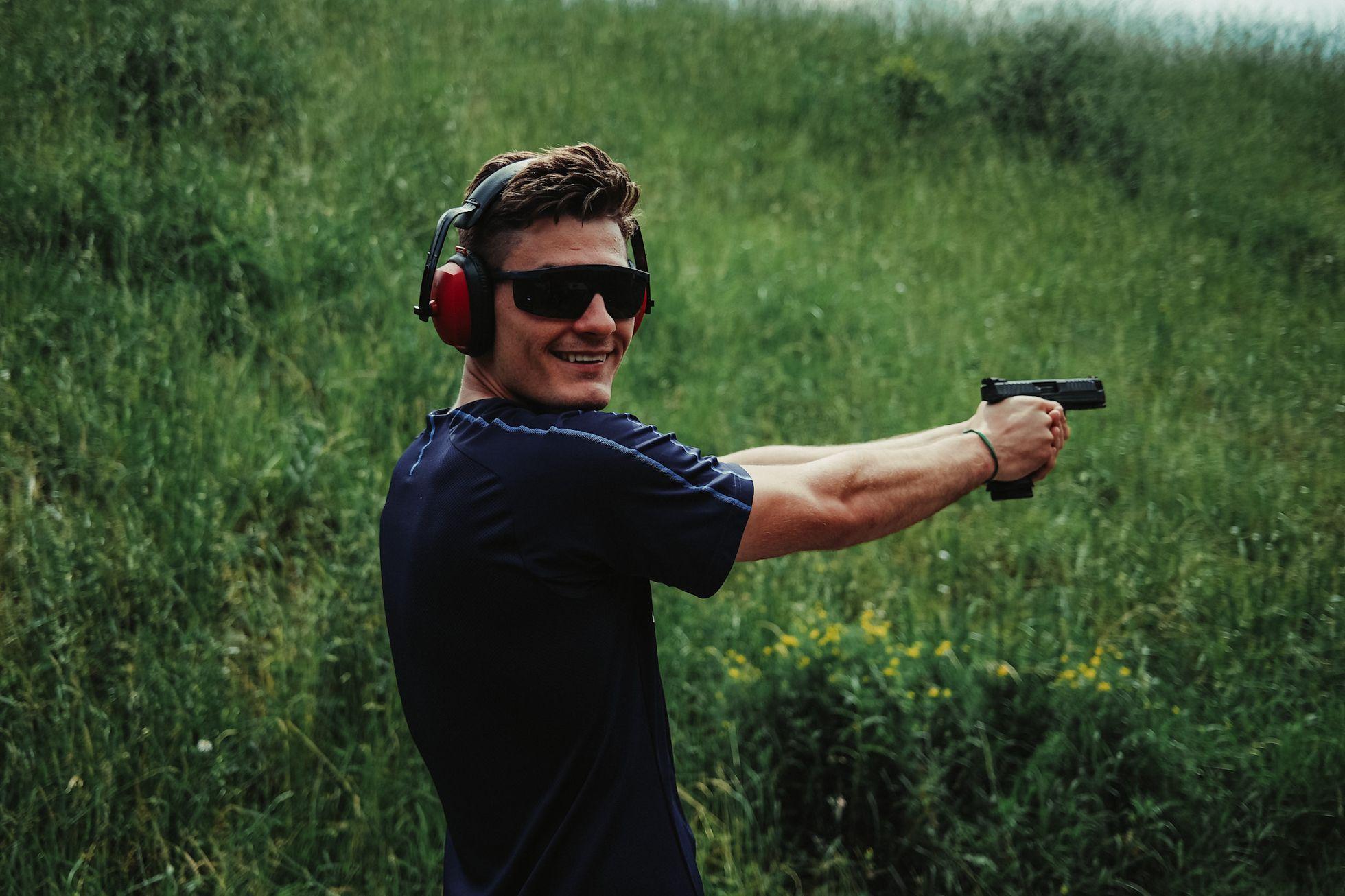 Takhle pálí Češi. Reprezentanti tužili partu na venkovní střelnici, vyzkoušeli zbraně