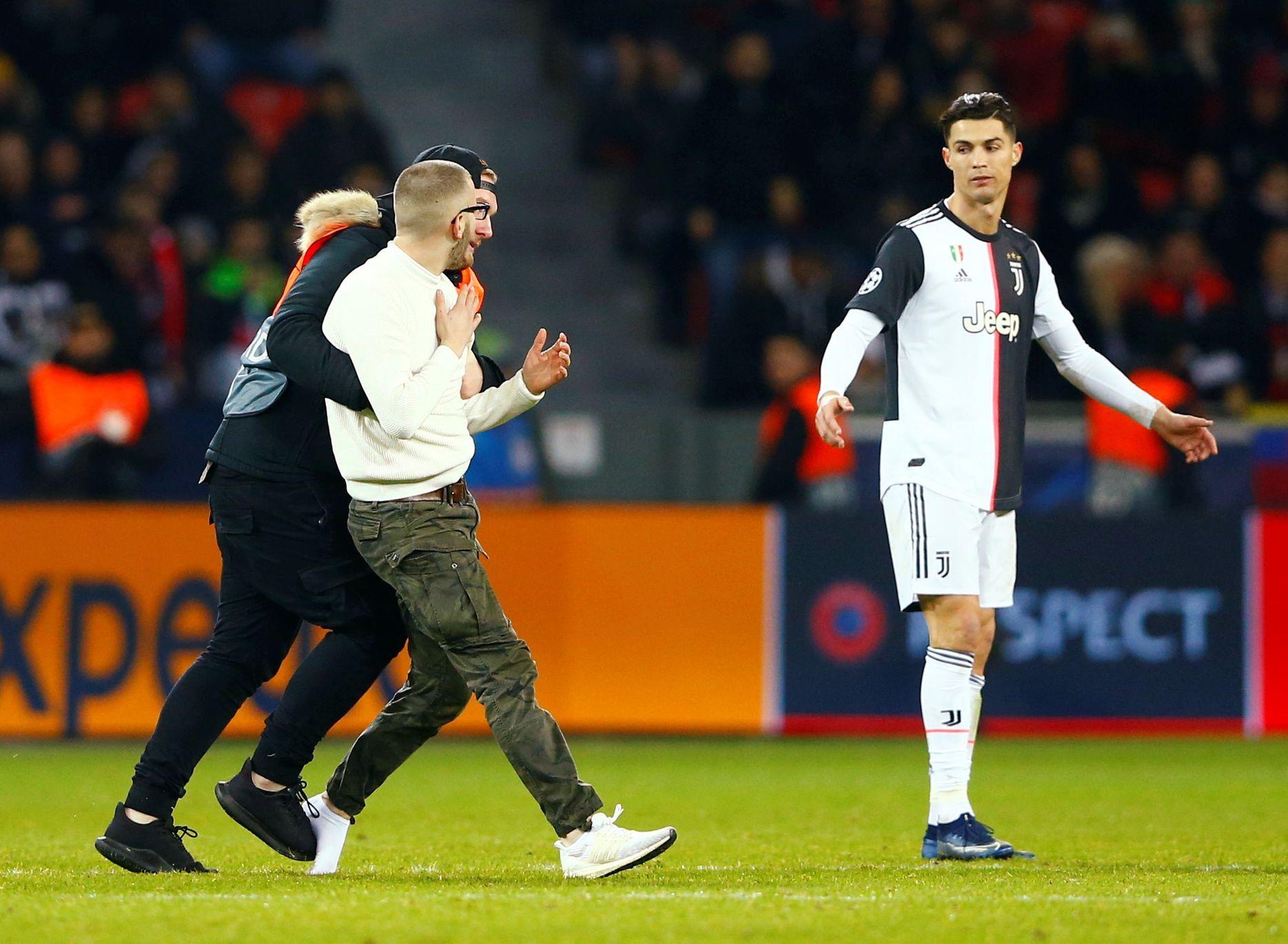 O tuhle selfie Ronaldo nestál. Rozezlenou hvězdu uklidňoval i Buffon