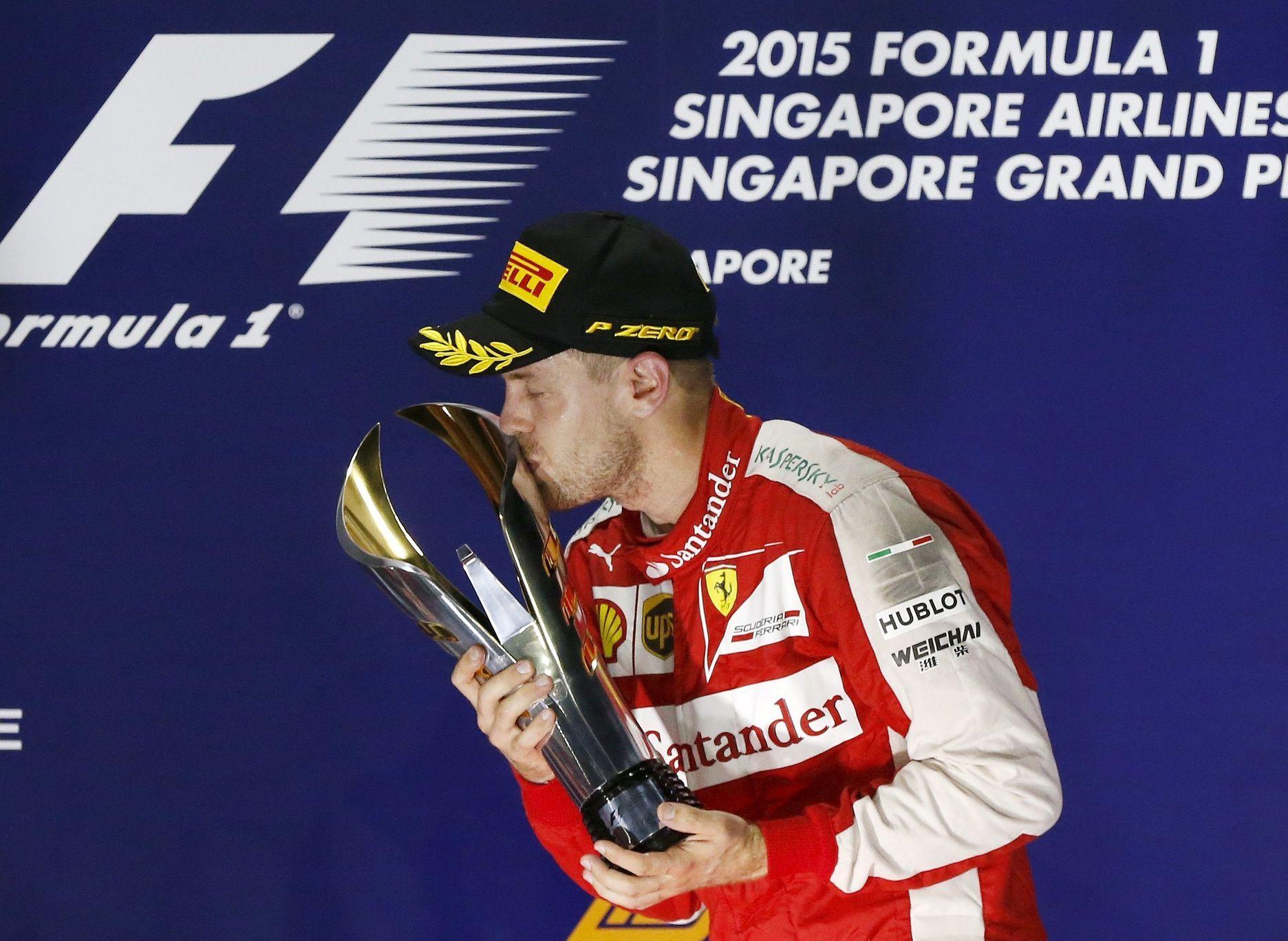 f115eb6c5ec Nevyzpytatelný noční Singapur může nahrát rivalům Mercedesu - Aktuálně.cz