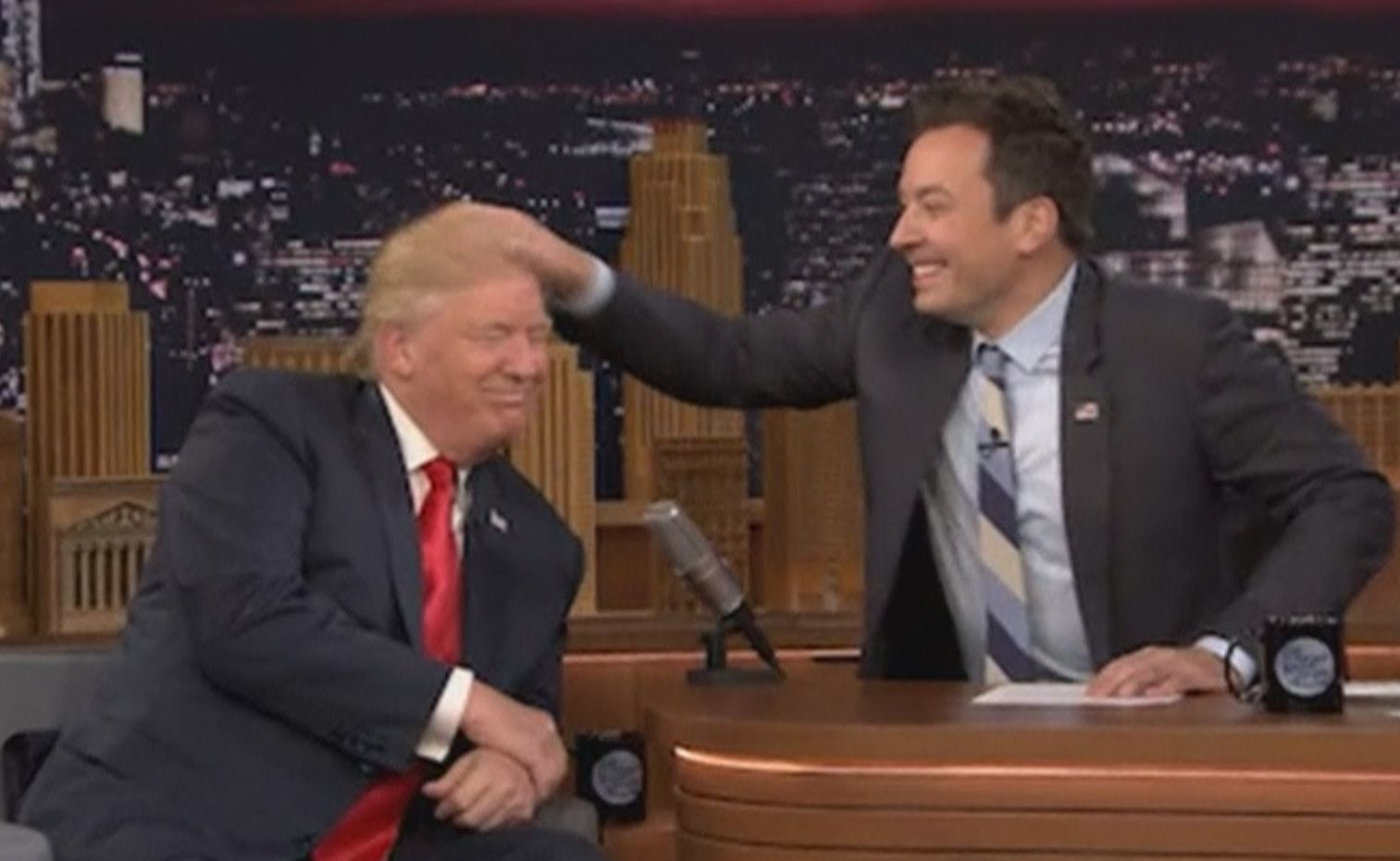 Donald Trump si nechal rozcuchat svůj známý účes od moderátora Jimmy  Fallona - Aktuálně.cz 7d2eff3abda