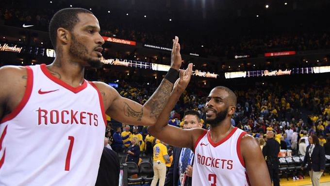 Houston Rockets (Trevor Ariza a Chris Paul) se radují z vítězství v play off 2018