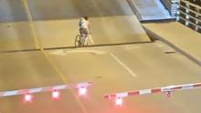 Žena ignorovala závoru před zvedajícím se mostem. Její pád natočila kamera