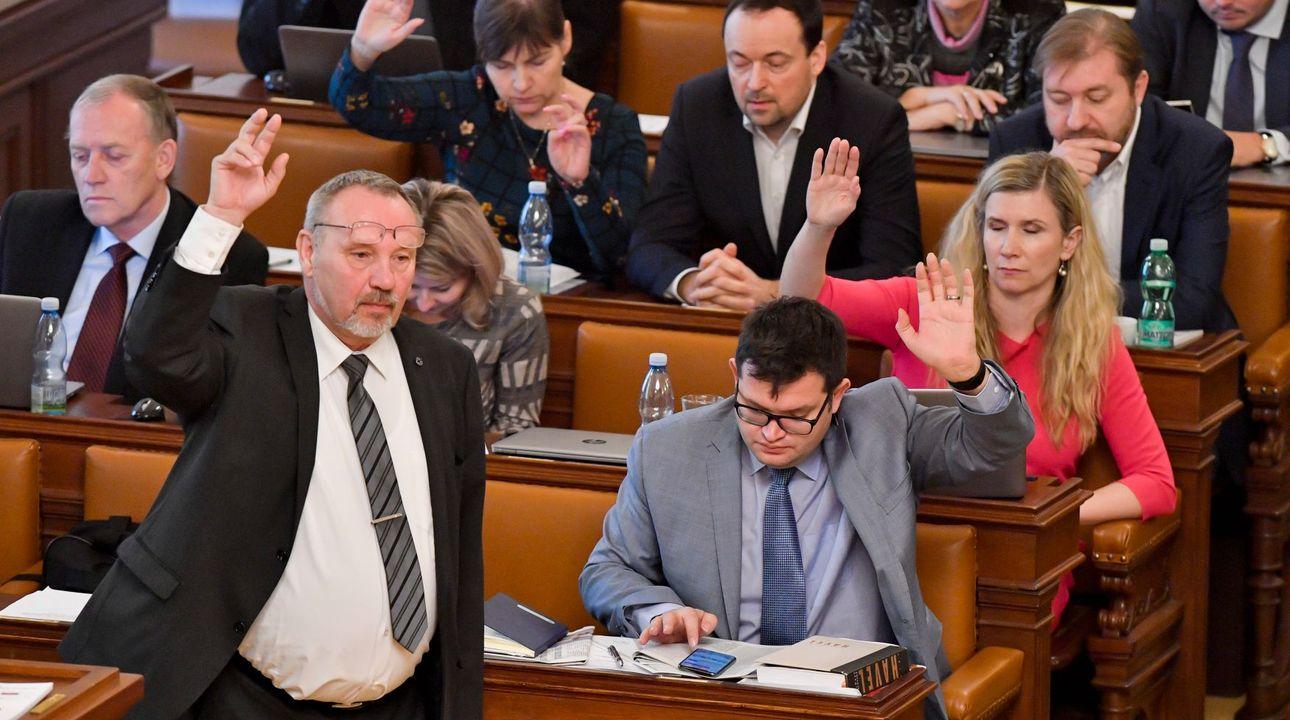 Komunisté prosadili svou, spolu s ANO, ČSSD a SPD schválili zdanění restitucí