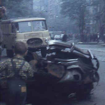 Rusáci, pryč z cesty! Unikátní barevné diapozitivy zachycují Prahu týden po 21. srpnu 1968