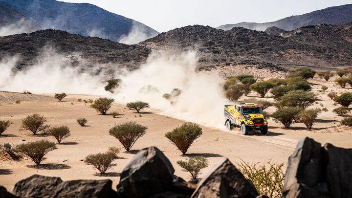 Macík se na Dakaru posunul na druhé místo, Michek letěl třicet metrů