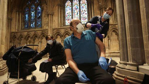 Očkovací místo zřídili v Anglii přímo v gotické katedrále.