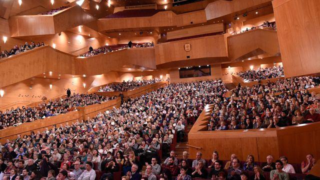 Tisíce lidí v koncertním sálu v Bilbau poslouchá českou klasickou hudbu.