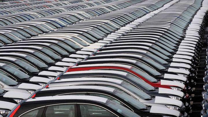 Vybíráte auto na webu? Čtyři z deseti mají stočený tachometr