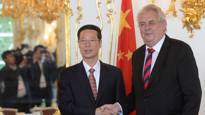 Letadla nebo čištění vod. Zeman hledá investice v Číně