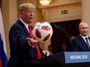 Summit v Helsinkách: Putin vede na vodítku štěkajícího, leč poslušného pitbula Donalda
