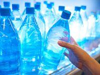 Plast se dostal až do lidských střev. Je v mase i pití, zjistili vůbec poprvé vědci