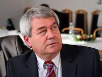 Soudružky a soudruzi, pozdravil Zeman delegáty KSČM. O post předsedy se utkají Filip a Skála