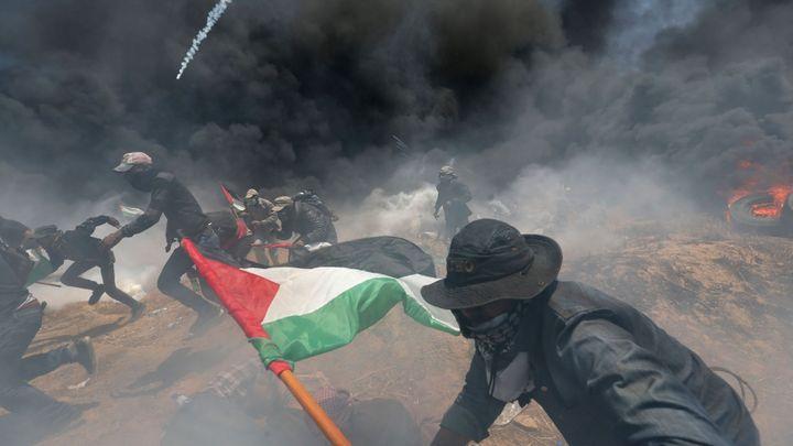 Obrazem: Gazu zahalil dým z pneumatik. Izraelci při protestech Palestinců zastřelili i vozíčkáře
