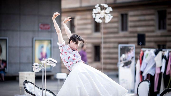Když se zpomalí čas. Snímky Vojtěcha Brtnického se vrací k taneční performanci u Národního divadla
