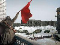Obrazem: Lenin v hnědém kabátu a rudá vlajka ve Stalingradu. Ruská umělkyně oživuje černobílé snímky