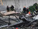 On-line: Ze zříceného mostu v Janově spadl i český kamion, řidič přežil. Počet obětí stoupl na 35