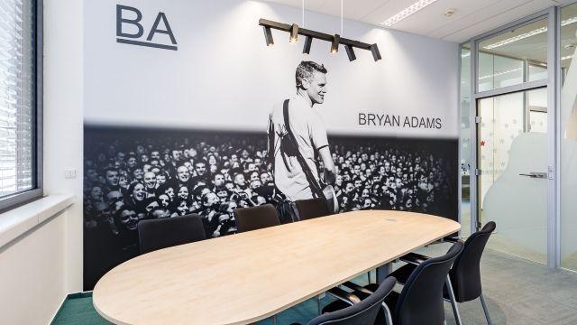 Zasedací místnost s motivem Bryana Adamse