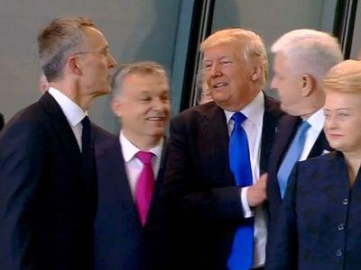 Twitter žasne nad tímto videem. Trump odstrčil černohorského premiéra a prodral se k šéfovi NATO