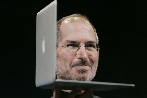 Jobs ve filmu uvede na trh Macintosh, NeXT cube a iPod