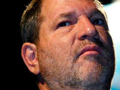 Weinstein se vydal policii, bude čelit obvinění ze sexuálního obtěžování. Svým obětem se již omluvil