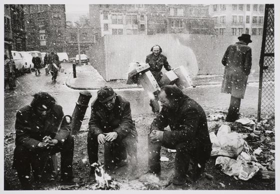 Markéta Luskačová: People around a fire, Spitalfields Market, London, 1976