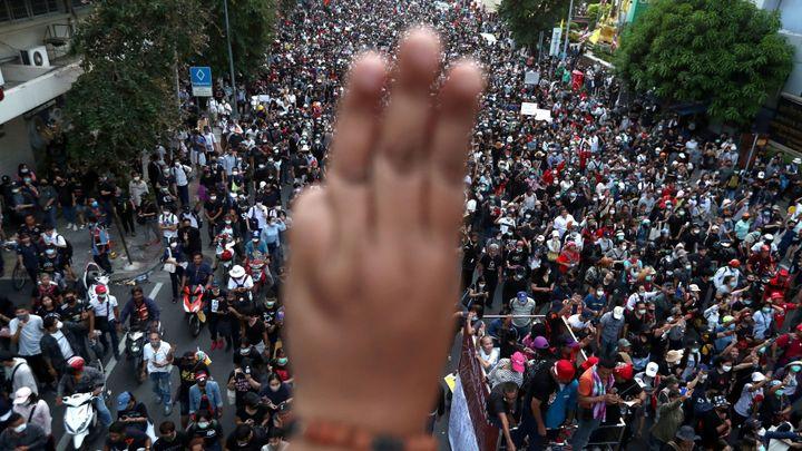 Tři prsty jako symbol revolty. V Thajsku probíhají nevídané protesty proti monarchii