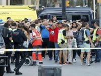 Online: Teroristé opásaní výbušninami najížděli do lidí v Cambrils. Útočník z Barcelony je na útěku