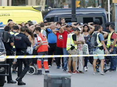 Španělsko zasáhly dva teroristické útoky během pár hodin. Policie pátrá po řidiči z Barcelony