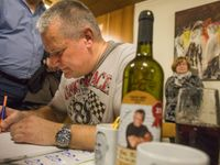"""Značka Kajínek: Na besedách mohou fanoušci koupit svítivě zelené tílko i víno """"pro odvážné"""""""