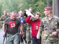 Foto: Výsadkářským peklem prošlo třiatřicet mužů. Proč to dělají?
