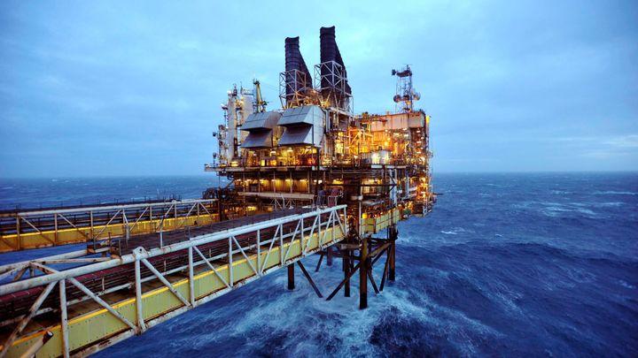 Ropa dál zlevňuje. Těžaři ale vydělávají, říká analýza