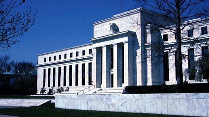 Fed zdůraznil slabší hospodářský růst, o zvýšení sazeb mlčí